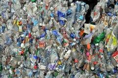Recyclerende Plastiek en flessen Stock Afbeeldingen