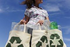 Recycling: de zak van de vrouwenholding Stock Fotografie