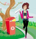 Recycling - het meisje werpt document in rode bak Stock Afbeelding