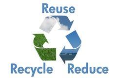 Recycling-Symbol mit Wasser, Himmel und Gras stockbilder