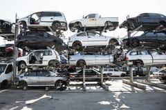 Recycling van oude, gebruikte, gesloopte auto's Het ontmantelen voor delen bij schroot stock foto