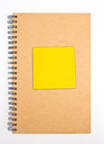 Recyclingpapier-Notizbuch-Front Cover With Yellow Sticky-Anmerkung. Stockfotografie
