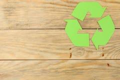 Recyclingsteken op een natuurlijke houten lijst Mening van hierboven Het concept van Eco royalty-vrije stock foto