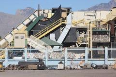 Recyclyingsmachine in woestijn Stock Foto