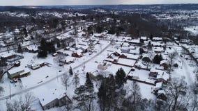 Redúzcase empujan adelante la alta vista aérea de la vecindad residencial del invierno almacen de video