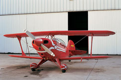 Red aeroplane and hangar in aerodrome Royalty Free Stock Photography