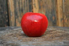 Red apple. On a piece of wood (shallow DOF Royalty Free Stock Photo