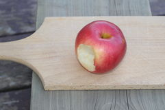 Red apple on wooden board Royalty Free Stock Photography