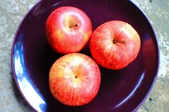 Red apples in black dish Royalty Free Stock Photos