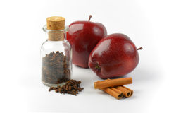 Red apples, cinnamon sticks and dried cloves Royalty Free Stock Photography