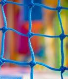 Red azul en patio de los niños Foco en red Imagen de archivo
