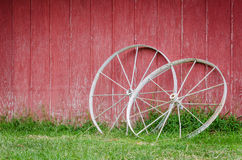Red Barn with wagon wheels Royalty Free Stock Photos