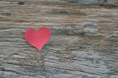 Red blank paper note with heart shape on grunge wooden backgroun. D Stock Photos
