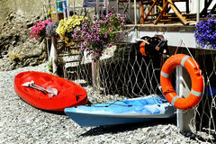 Red and blue kayaks with lifeline on sea beach Royalty Free Stock Photos