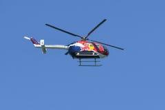 Red Bull BO-105 ακροβατικό ελικόπτερο Στοκ εικόνα με δικαίωμα ελεύθερης χρήσης
