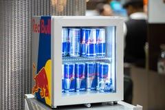 Red Bull Kühlschrank Groß : Dosen des red bull energie getränks im eis redaktionelles stockfoto