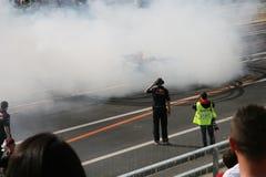 Red Bull che corre burn-out della macchina da corsa Fotografia Stock