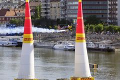 Red Bull luftlopp i Budapest ovanför Donauen arkivbild