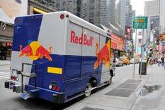 Red Bull-Packwagen parkte auf dem Broadway Lizenzfreie Stockfotografie