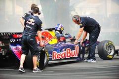 Red Bull que compete os grupos de poço que refrigeram o carro F1 Foto de Stock Royalty Free