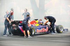 Red Bull que compite con a los equipos de hueco que refrescan el coche F1 Imagen de archivo libre de regalías