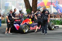 Red Bull que compite con a los equipos de hueco que refrescan el coche F1 Imágenes de archivo libres de regalías