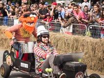 Red Bull-Rennläufer mit Tier auf Back2 Stockfotos