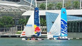 Red Bull, welches das Team läuft die Welle, Muscat an der extremen segelnden Reihe Singapur 2013 segelt Lizenzfreie Stockfotos
