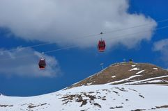 Red cable car on snow mountain Royalty Free Stock Photography