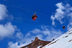 Red cable car on snow mountain Royalty Free Stock Images