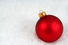 Red Christmas Bauble in the Snow Royalty Free Stock Photos