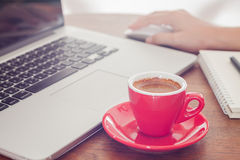 Red coffee cup with notepad and laptop Royalty Free Stock Photography
