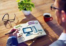 Red de Brainstorming About Computer del hombre de negocios Foto de archivo