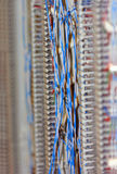 Red de comunicaciones atada con alambre azul Fotos de archivo