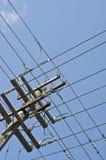 Red de líneas eléctricas en poste Fotografía de archivo