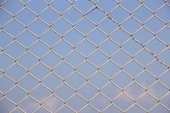 Red de la jaula en el parque zoológico para los animales del gallinero Imagenes de archivo