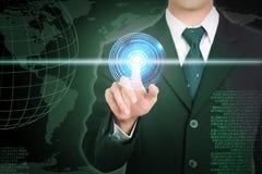 Red de la mano del hombre de negocios y concepto conmovedores del futuro en la pantalla Foto de archivo