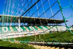 Red de la meta del fútbol con poca tribuna en fondo foto de archivo