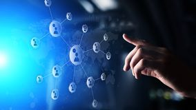 Red de las relaciones de la gente en la pantalla virtual Comunicación del cliente y concepto social de los medios imagenes de archivo