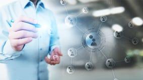 Red de las relaciones de la gente en la pantalla virtual Comunicación del cliente y concepto social de los medios fotografía de archivo libre de regalías