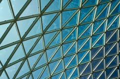 Red de las ventanas de cristal en el cielo azul Imagen de archivo