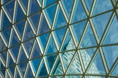 Red de las ventanas de cristal en el cielo azul y el edificio Fotografía de archivo libre de regalías