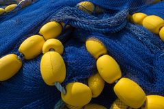 Red de pesca azul profunda con los flotadores amarillos fotografía de archivo libre de regalías