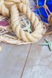 Red de pesca en fondo de madera imagen de archivo libre de regalías
