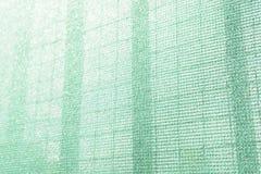 Red de seguridad plástica para el emplazamiento de la obra Malla de la construcción caparazón andamio Marco del metal imágenes de archivo libres de regalías