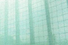 Red de seguridad plástica para el emplazamiento de la obra Malla de la construcción caparazón andamio Marco del metal fotos de archivo