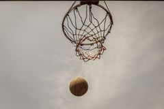 Red del aro del vuelo del baloncesto al aire libre Foto de archivo libre de regalías