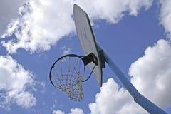 Red del baloncesto contra el cielo azul con las nubes foto de archivo
