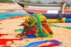 Red del barco de pesca en la costa del océano de Sri Lanka fotografía de archivo