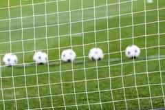 Red del fútbol y balón de fútbol en hierba verde Fotos de archivo libres de regalías
